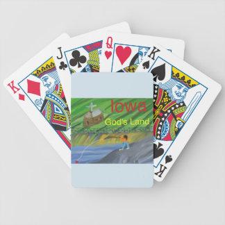 ポーカーカードを遊んでいるアイオワの養魚場のクリスチャン バイスクルトランプ