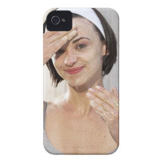 、ポートレート微笑する、若い女性の剥離の顔 Case-Mate iPhone 4 ケース