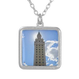 マイアミのキューバの自由タワー シルバープレートネックレス