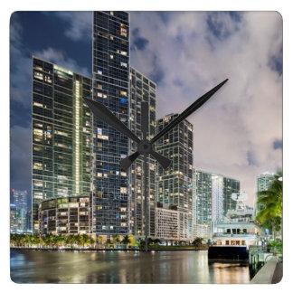 マイアミの川の水辺地帯の照らされたタワー スクエア壁時計