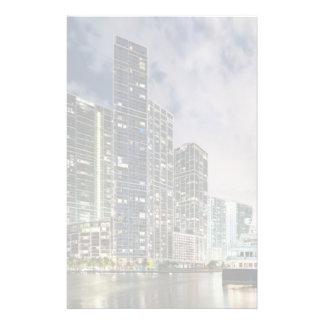 マイアミの川の水辺地帯の照らされたタワー 便箋