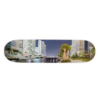 マイアミの川Riverwalkに沿う建物 スケボーデッキ
