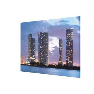 マイアミの水辺地帯のマンションタワー キャンバスプリント