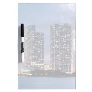 マイアミの水辺地帯のマンションタワー ホワイトボード