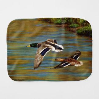 マガモは池上の飛行を引込めます バープクロス