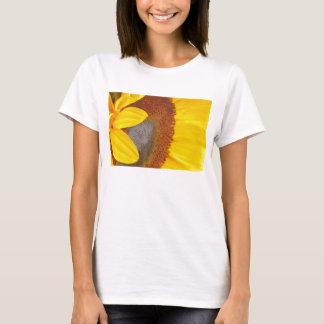 マクロヒマワリのTシャツ Tシャツ