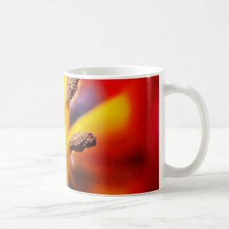 マクロ赤くおよび黄色のチューリップの写真 コーヒーマグカップ