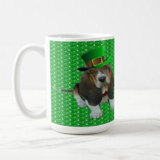 マグのベビーのバセットハウンド幸せなセントパトリック コーヒーマグカップ
