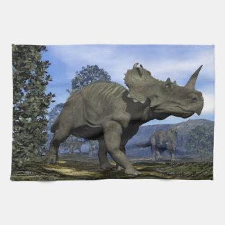 マグノリアの木の中で歩いているセントロサウルスの恐竜 キッチンタオル