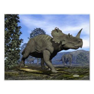 マグノリアの木の中で歩いているセントロサウルスの恐竜 フォトプリント