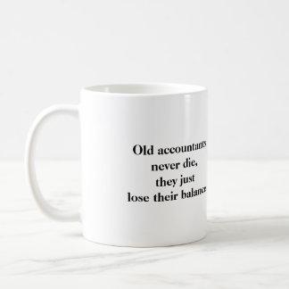 マグ-古い会計士は決して死にません コーヒーマグカップ
