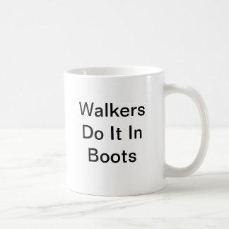 マグ: 歩行者: コーヒーマグカップ