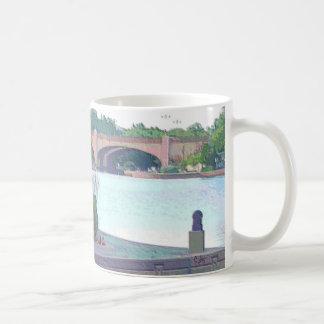 """マグ: 百年間湖公園""""ベンチ及び橋"""" コーヒーマグカップ"""