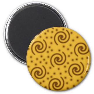 マスタードの黄色および茶色の渦巻のデザイン マグネット
