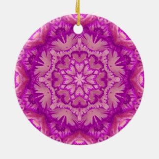 マゼンタおよびピンクのビクトリアンな花柄 陶器製丸型オーナメント