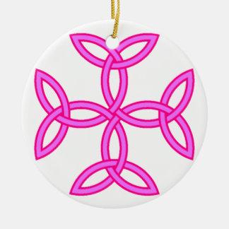 マゼンタの暗い赤紫色のピンクのTriquetraの結び糸細工の十字 陶器製丸型オーナメント