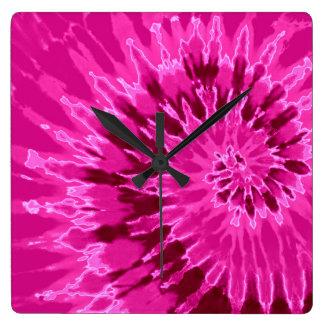 マゼンタの螺線形の絞り染めの時計 スクエア壁時計