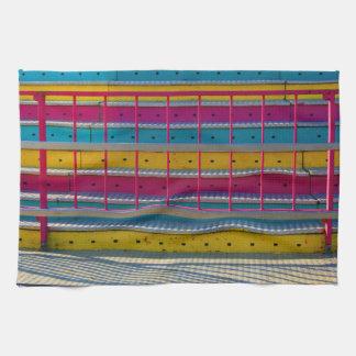 マゼンタの黄色い青のステップカーニバルの乗車の抽象芸術 キッチンタオル