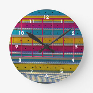 マゼンタの黄色い青のステップカーニバルの乗車の抽象芸術 ラウンド壁時計