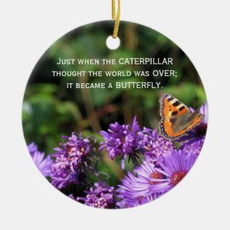 マダラチョウおよび紫色の花 セラミックオーナメント