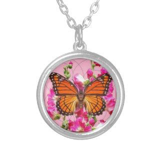 マダラチョウのピンク灰色の花のギフトSharles シルバープレートネックレス