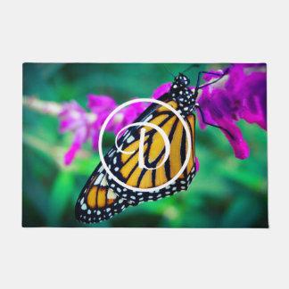 マダラチョウの写真のカスタムなモノグラムの玄関マット ドアマット