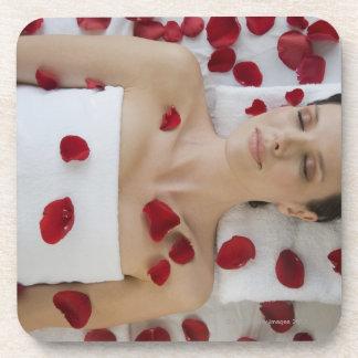 マッサージに置く花の花びらで覆われる女性 コースター