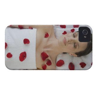 マッサージに置く花の花びらで覆われる女性 Case-Mate iPhone 4 ケース