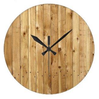 マツ木のブラウンの板から成っている無作法な納屋の壁 時計