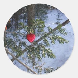 マツ枝の赤いハートの装飾 ラウンドシール