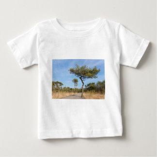 マツtrees.jが付いている森林のハイカーのための木道 ベビーTシャツ