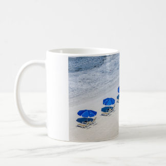 マデイラのビーチの青い傘が付いているビーチチェア コーヒーマグカップ