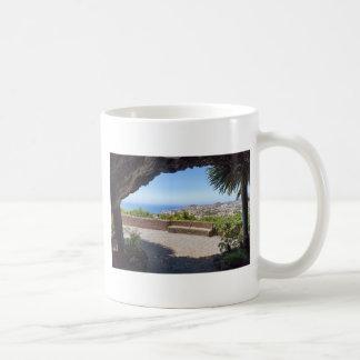 マデイラの海そして村の展望に洞窟を作って下さい コーヒーマグカップ