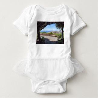 マデイラの海そして村の展望に洞窟を作って下さい ベビーボディスーツ