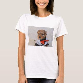 マフィアドンとして服を着るかわいいヨークシャーテリアの子犬 Tシャツ