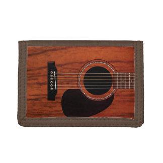 マホガニーの上のアコースティックギター