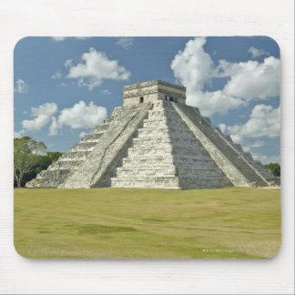 マヤのピラミッド上の白いふくらんでいる雲 マウスパッド