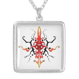 マヤの神の種族の入れ墨-赤および黒 シルバープレートネックレス