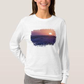 マラガ湾上の日の出 Tシャツ