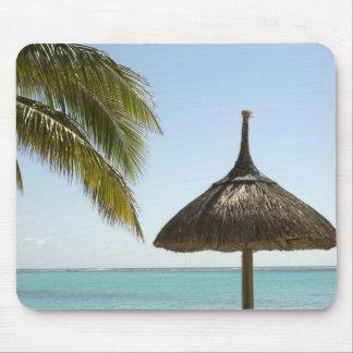 マリシャス。 傘とののどかなビーチ場面 マウスパッド