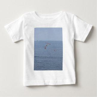 マリーナの水に浮かぶ係留ブイの多く ベビーTシャツ