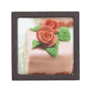 マルチパンのバラが付いているお誕生日ケーキの部分 ギフトボックス