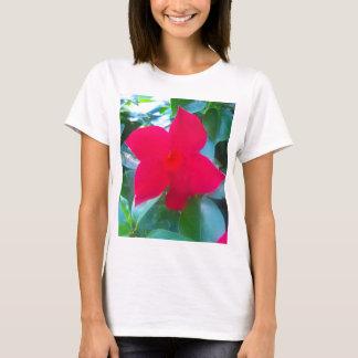 マンデビラ属の赤い乗馬フードの花 Tシャツ
