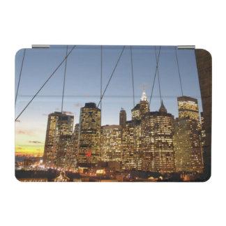 マンハッタンスカイラインの薄暗がりのブルックリン橋 iPad MINIカバー