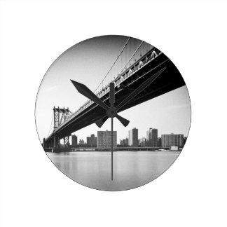 マンハッタン橋およびスカイライン、ニューヨーク、米国 ラウンド壁時計