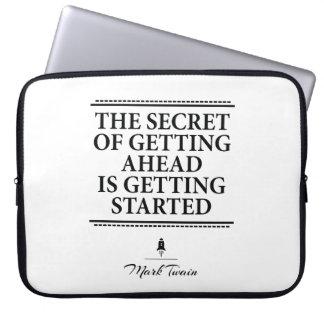 マーク・トウェインの感動的な引用文-それを始められる得て下さい ラップトップスリーブ