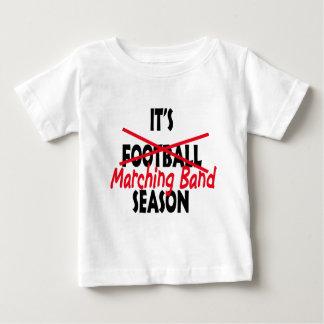 マーチングバンドの季節/赤 ベビーTシャツ