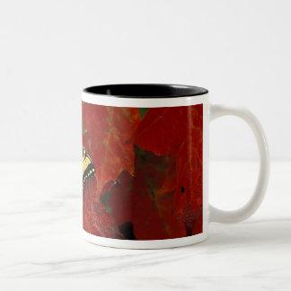ミシガン州、Wetmore。 かえでのトラのアゲハチョウ ツートーンマグカップ