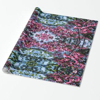ミズキの花盛りのピンクの春の木 ラッピングペーパー