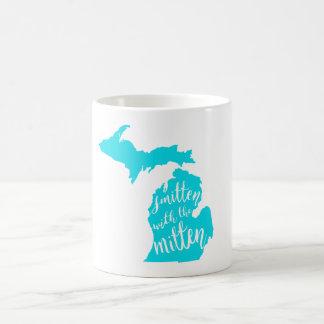 ミトンのマグによって強打される コーヒーマグカップ